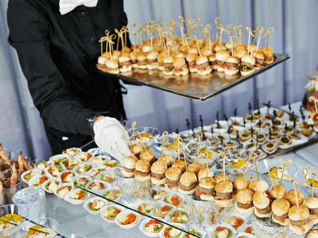 Catering - čašník s podnosom